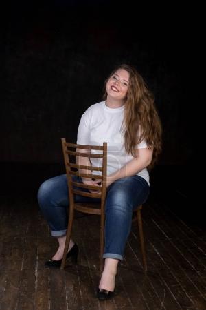 Photo pour Bien roulée dix-neuf ans fillette avec une énergie positive. Belle grande fille avec cheveux lecture, veste en cuir et une personnalité magnifique. - image libre de droit