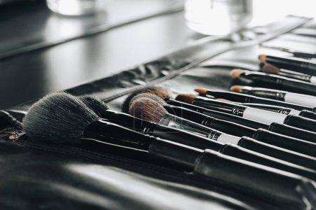 Foto de Cerrar vista de varios pinceles de maquillaje en el bolso - Imagen libre de derechos