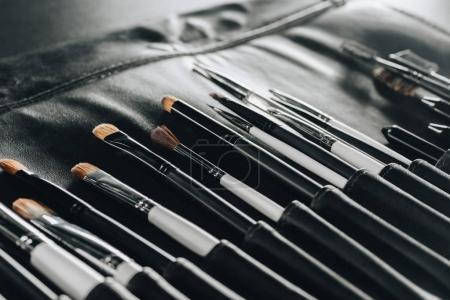 Photo pour Vue rapprochée de différents pinceaux de maquillage fixés dans le sac - image libre de droit