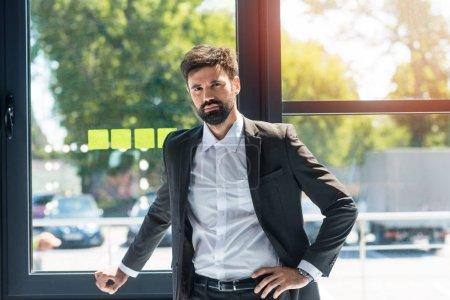 Foto de Retrato del empresario confiado parado en la ventana durante el trabajo - Imagen libre de derechos