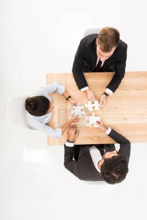 Photo pour Vue aérienne gens d'affaires avec des énigmes sur le lieu de travail isolé sur blanc - image libre de droit