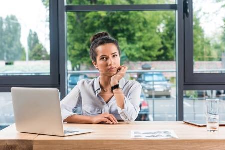 Photo pour Portrait de la belle femme d'affaires, assis au milieu de travail avec ordinateur portable au bureau - image libre de droit