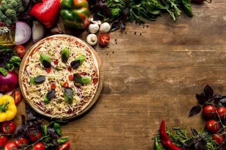 rohe hausgemachte Pizza mit Zutaten