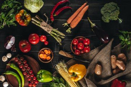 Photo pour Vue de dessus de différents légumes frais sur le dessus de table en bois avec couteau - image libre de droit