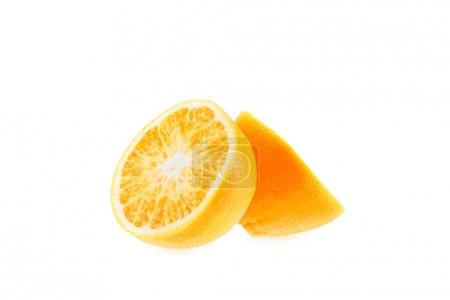Photo pour Brutes fraîches moitiés juteux d'orange, isolé sur blanc - image libre de droit