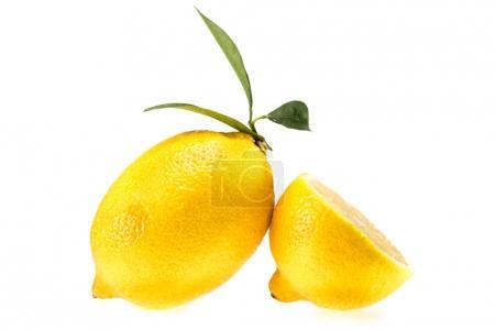 Limones amarillos jugosos