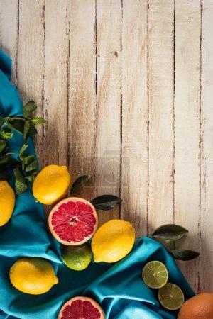 Photo pour Agrumes frais avec nappe sur table en bois avec espace de copie - image libre de droit