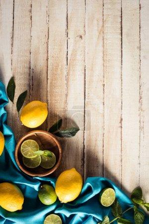 Photo pour Agrumes frais avec nappe sur une table en bois avec espace copie - image libre de droit
