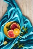 """Постер, картина, фотообои """"Грейпфрут и апельсиновые дольки на плите"""""""