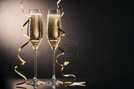 glasses of champagne with ribbons