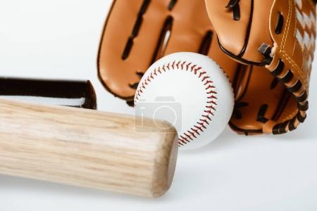 Photo pour Closeup shot de l'équipement de baseball - chauves-souris, boule et gant isolé sur blanc - image libre de droit