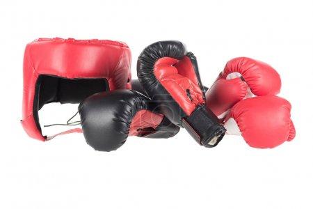 Photo pour Gros coup de gants de boxe et protège isolé sur blanc - image libre de droit