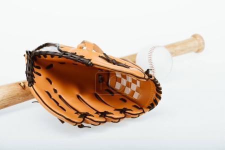 Photo pour Gros plan de l'équipement de baseball chauve-souris, balle et mitaine placés isolés sur blanc - image libre de droit