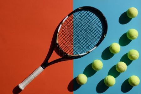 Photo pour Vue de dessus et raquette de tennis et balles placées sur deux surfaces toniques - image libre de droit