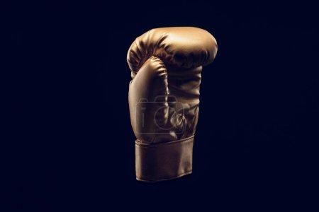 Photo pour Vue rapprochée du gant de boxe doré isolé sur noir - image libre de droit