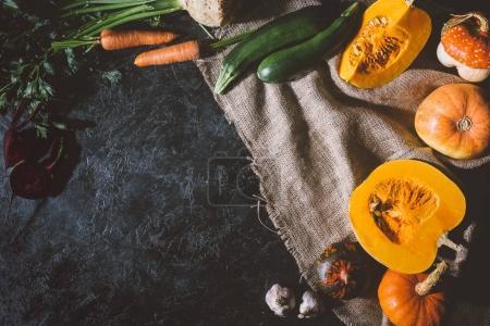 Photo pour Vue de dessus de divers légumes mûrs sur un sac - image libre de droit