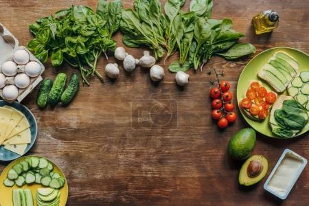 Foto de Lay Flat con ingredientes del desayuno saludable dispuestas en el tablero de madera - Imagen libre de derechos