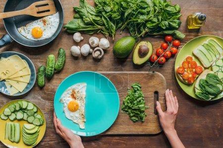 oeuf sur le plat et les épinards pour le petit déjeuner