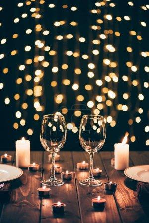 Weingläser auf dem Tisch mit Kerzen