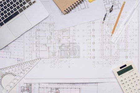 Photo pour Pose plate avec des plans et des équipements d'architecture disposés - image libre de droit