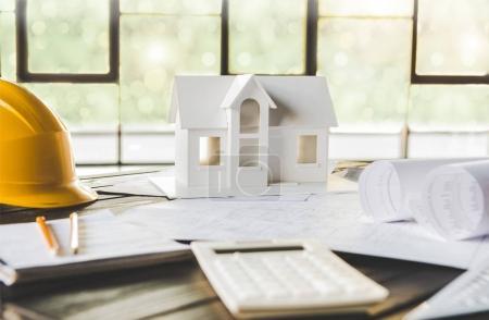 Photo pour Vue rapprochée du modèle de maison et de divers équipements d'architecture - image libre de droit
