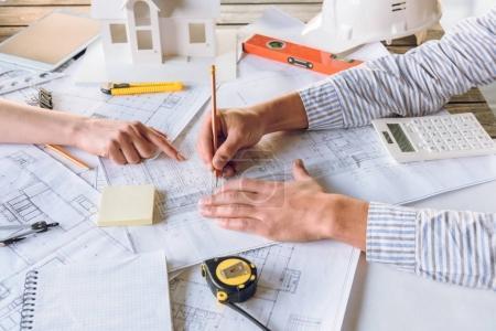 Photo pour Plan recadré des architectes travaillant sur un nouveau plan ensemble - image libre de droit