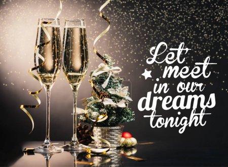 Photo pour Verres de champagne, rubans, décorations et petit sapin de Noël et voeux - image libre de droit