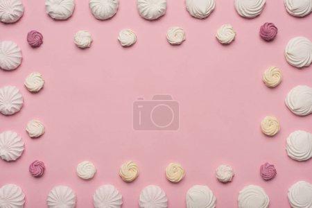 Photo pour Cadre de guimauves blanc et berry, isolés sur rose - image libre de droit