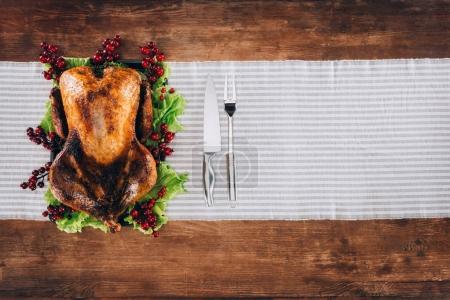 Photo pour La Turquie au four salade laisse avec des fourchettes et des couteaux sur une table en bois pour thanksgiving day - image libre de droit
