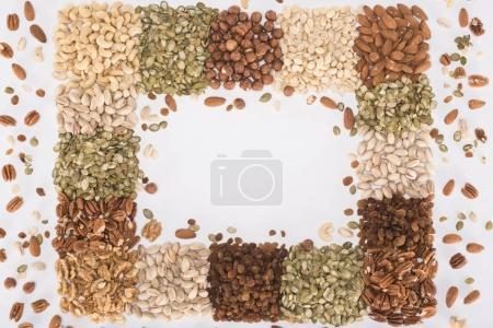 Photo pour Vue de dessus du cadre faite de diverses noix saines sur blanc - image libre de droit