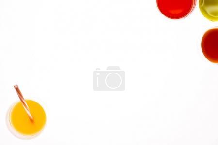 Foto de Lay Flat con vasos de jugo de diferentes aislados en blanco - Imagen libre de derechos