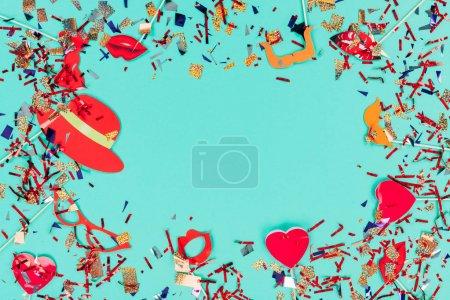 Photo pour Vue de dessus des confettis et décor de vacances isolé sur le vert - image libre de droit