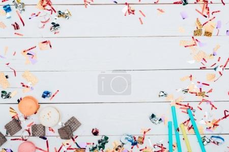 Photo pour Vue de dessus du cadre en confettis et bonbons - image libre de droit