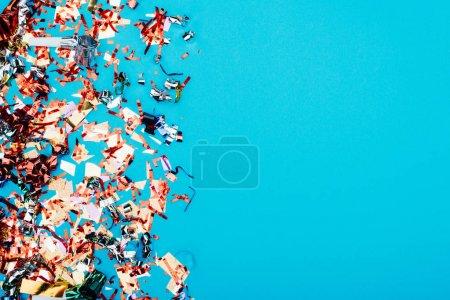 Photo pour Vue de dessus du cadre en confettis isolés sur bleu - image libre de droit