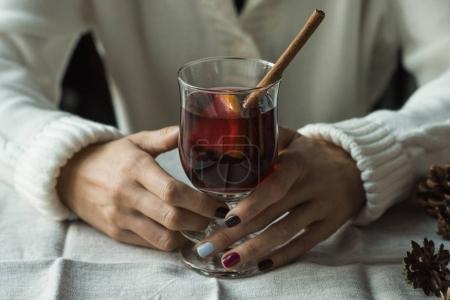 femme avec vin chaud