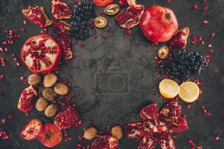 Photo pour Vue du dessus du cercle de fruits sur une table grise minable - image libre de droit