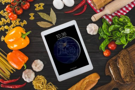 tableta digital e ingredientes frescos