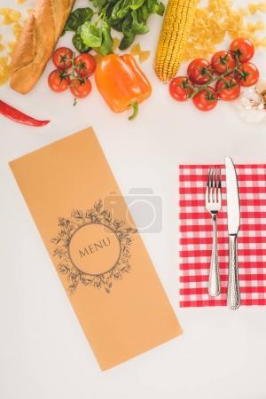 Photo pour Vue du dessus du menu décoratif, des couverts et des ingrédients sur blanc - image libre de droit