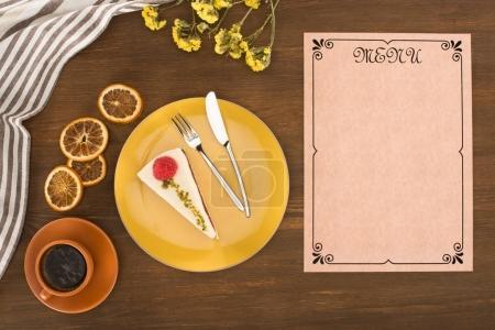 Photo pour Vue de dessus du menu blanc décoratif, gâteau et café sur la table en bois - image libre de droit
