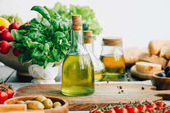 "Постер, картина, фотообои ""оливковое масло бутылки с овощами"""