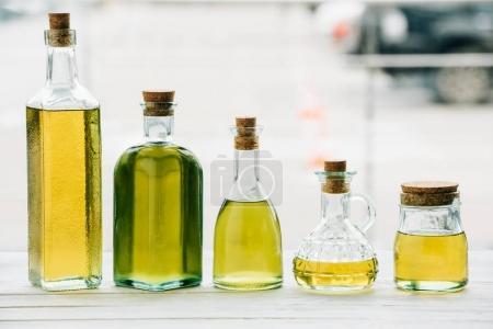 Photo pour Bouteilles d'huile d'olive sur table en bois - image libre de droit