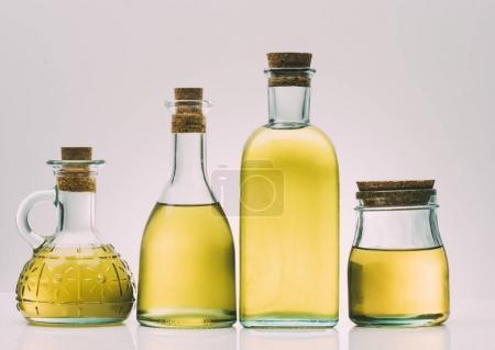 Photo pour Bouteilles d'huile d'olive sur fond rose - image libre de droit