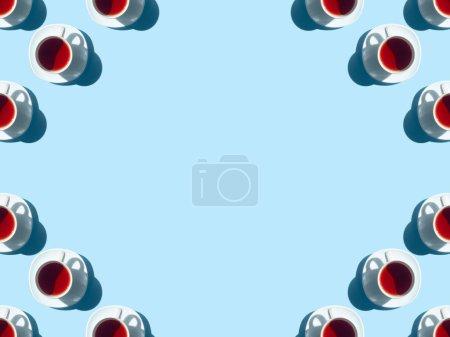 Photo pour Vue de dessus de tisane sain dans les tasses et les ombres sur bleu - image libre de droit
