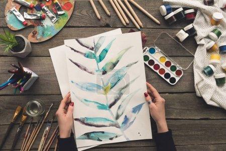 Foto de Imagen recortada del pintor sosteniendo boceto de dibujo en las manos - Imagen libre de derechos