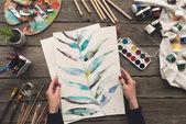 "Постер, картина, фотообои ""художник, холдинг эскиз рисунка в руках"""