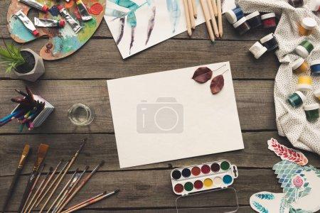 Photo pour Vue de dessus de feuille vide avec herbier - image libre de droit