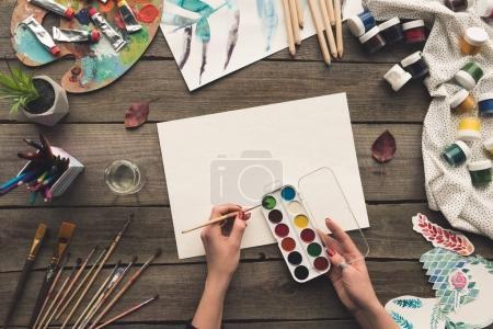 Photo pour Image recadrée de l'artiste allant peindre avec des peintures à l'aquarelle - image libre de droit