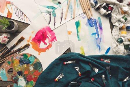 esparcidos bocetos de pintor