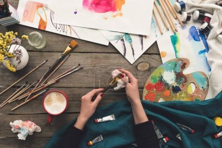 Photo pour Image recadrée d'un peintre brosse de nettoyage avec serviette et solvant - image libre de droit