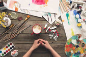 """Постер, картина, фотообои """"художник, сидя за рабочим столом"""""""